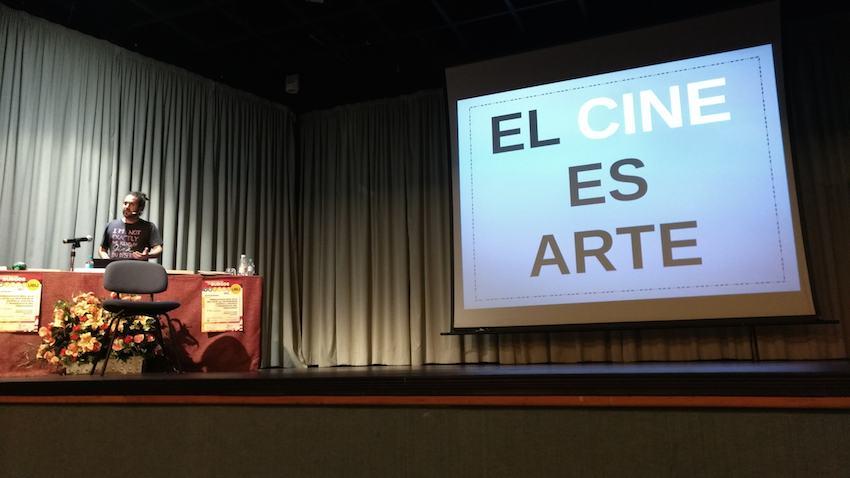 Josué Monchan durante su charla sobre los videojuegos y el arte Antihype